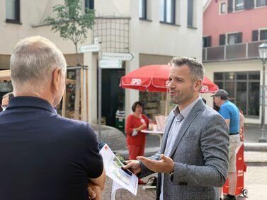 Landtagskandidat Daniel Haas im Gespräch mit Bürgern